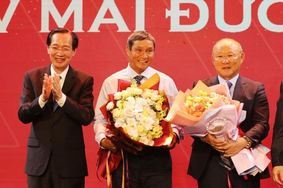 Do Hung Dung claims top honour at 2019 Vietnamese Golden Ball Awards ảnh 9