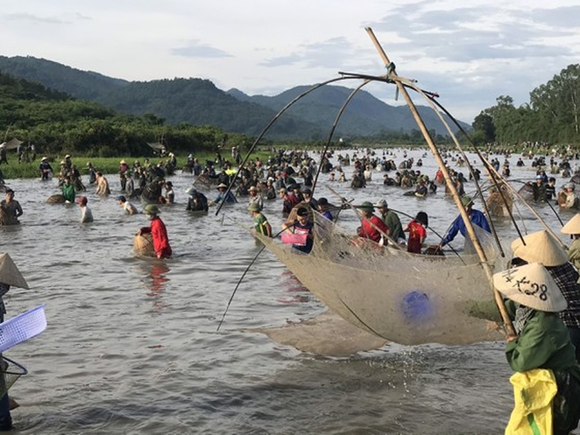 Locals flock to hundred-year-old fishing festival ảnh 2