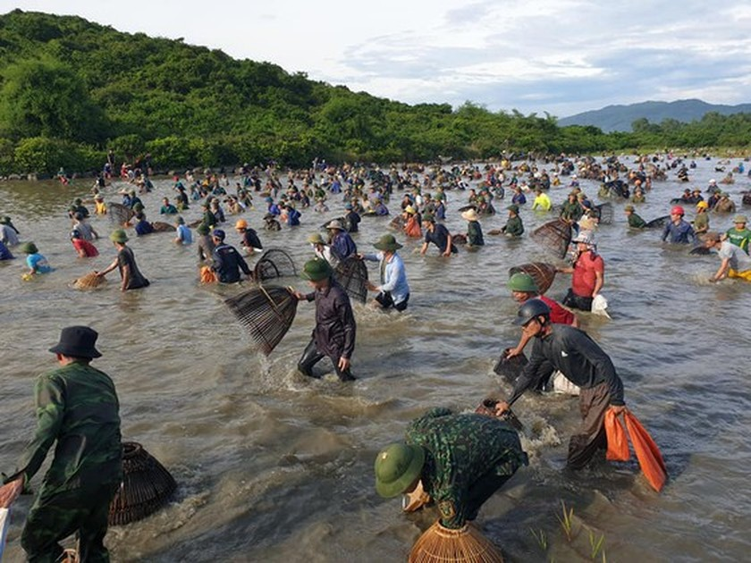 Locals flock to hundred-year-old fishing festival ảnh 3