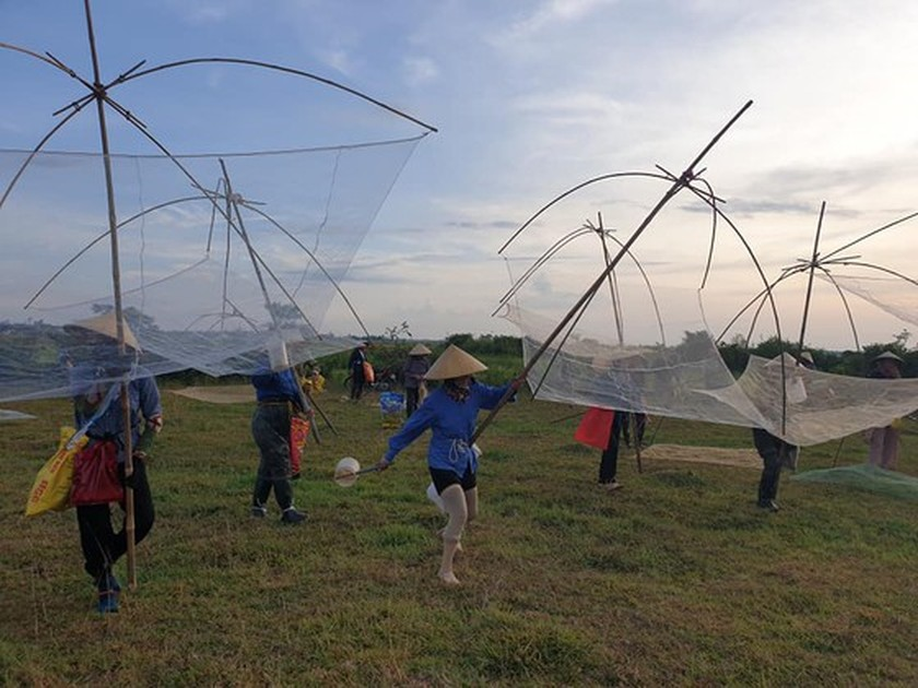 Locals flock to hundred-year-old fishing festival ảnh 5