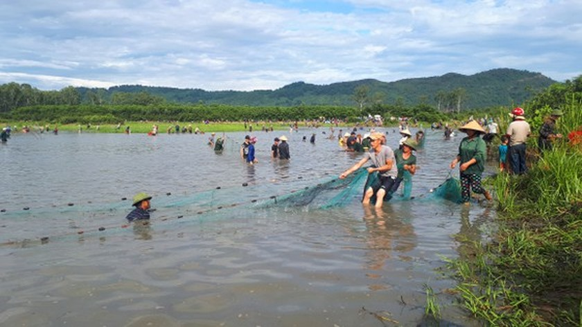 Locals flock to hundred-year-old fishing festival ảnh 6