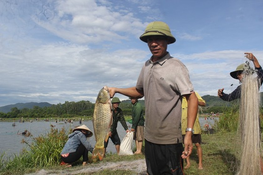 Locals flock to hundred-year-old fishing festival ảnh 7