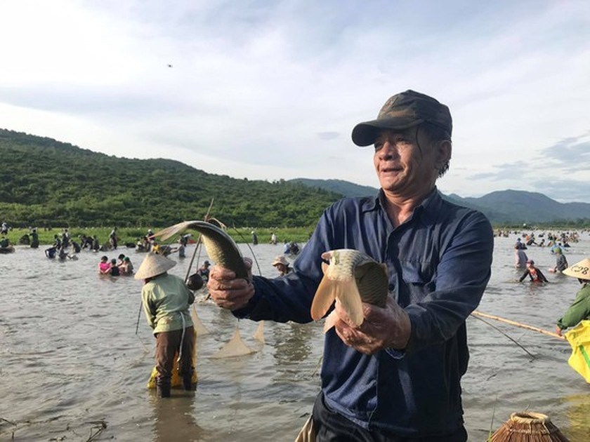 Locals flock to hundred-year-old fishing festival ảnh 8