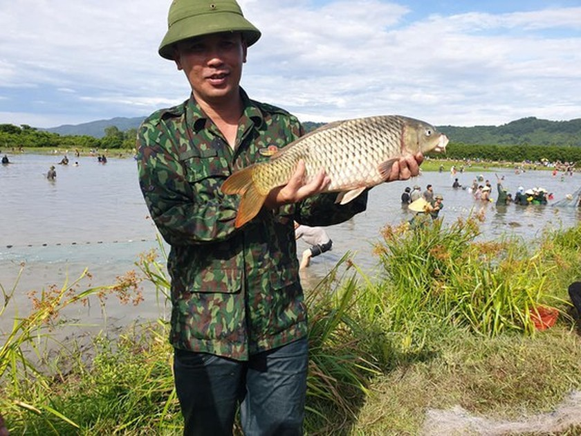 Locals flock to hundred-year-old fishing festival ảnh 9