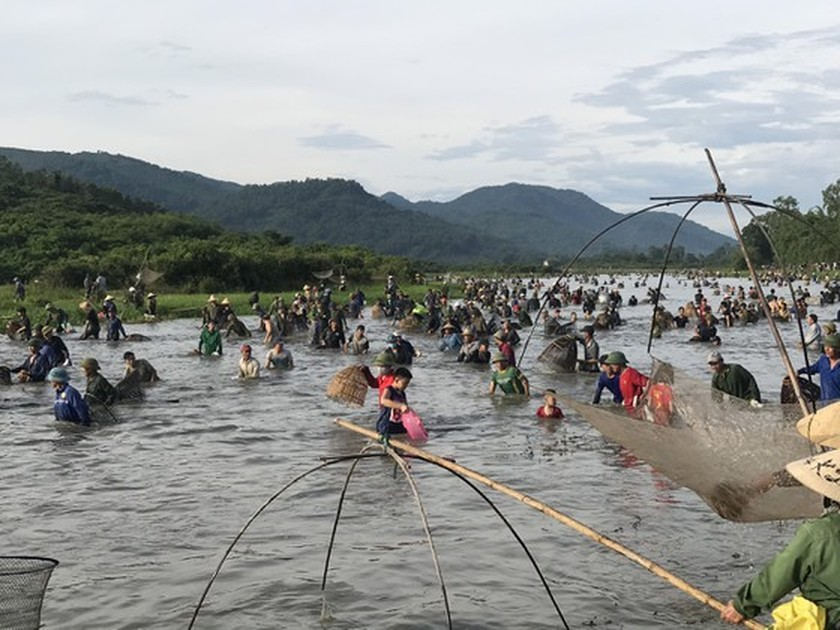 Locals flock to hundred-year-old fishing festival ảnh 10
