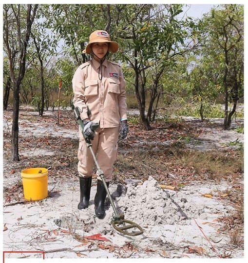 Vietnam's unique female team reclaims mine-contaminated land ảnh 4