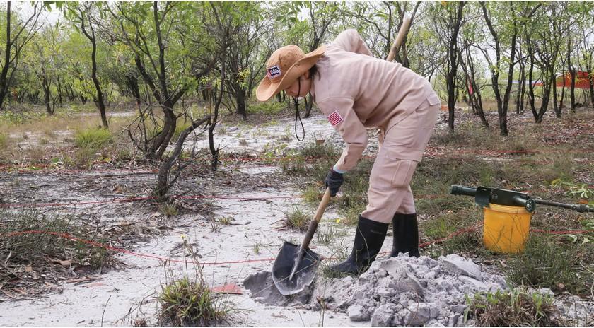 Vietnam's unique female team reclaims mine-contaminated land ảnh 5