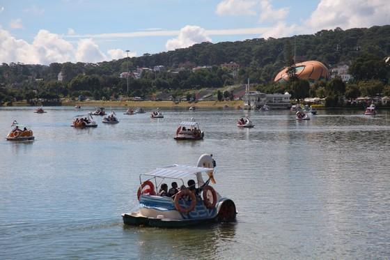 Travelers flock to Da Lat for some cool fresh air, avoid summer heat ảnh 10