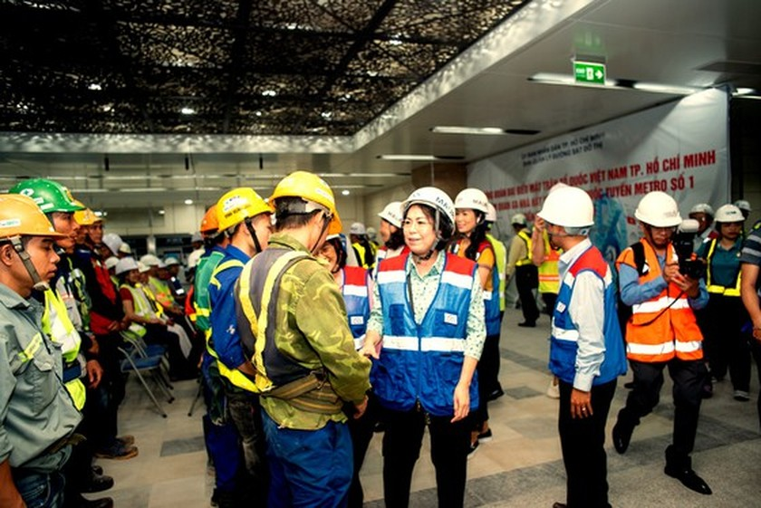 HCMC's officials give gifts to workers of first metro line project ảnh 1