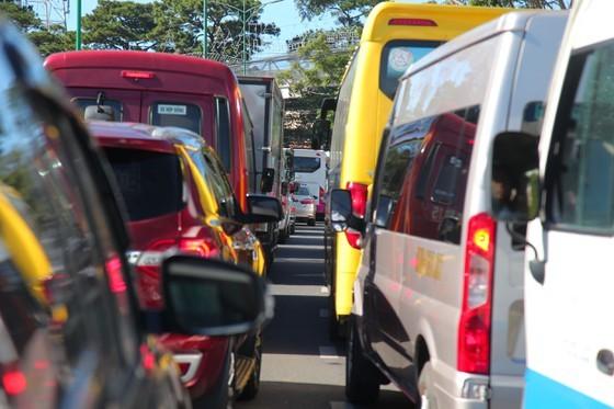 Travelers flock to Da Lat for some cool fresh air, avoid summer heat ảnh 1