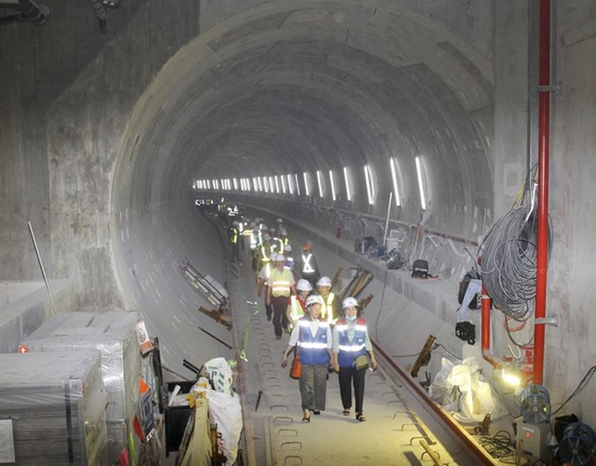 HCMC's officials give gifts to workers of first metro line project ảnh 2