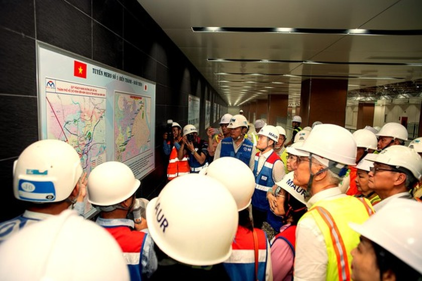 HCMC's officials give gifts to workers of first metro line project ảnh 3