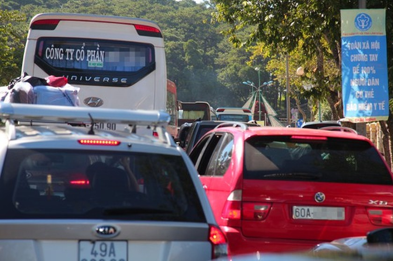 Travelers flock to Da Lat for some cool fresh air, avoid summer heat ảnh 3