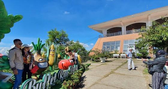Travelers flock to Da Lat for some cool fresh air, avoid summer heat ảnh 4
