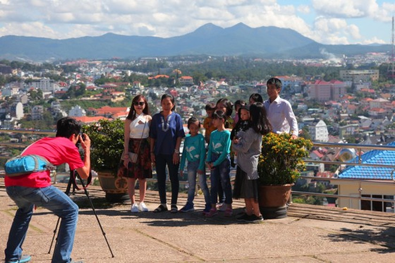 Travelers flock to Da Lat for some cool fresh air, avoid summer heat ảnh 5