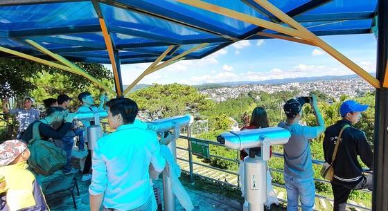 Travelers flock to Da Lat for some cool fresh air, avoid summer heat ảnh 9