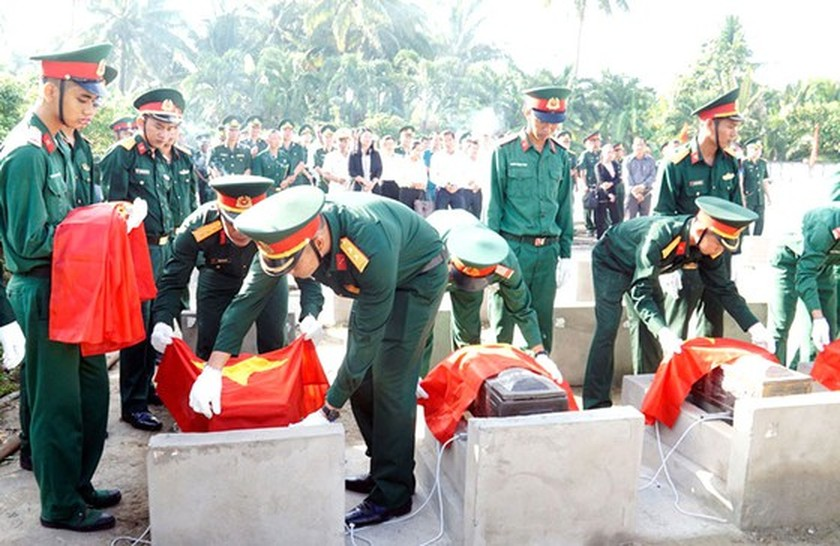 Country pays tribute to heroic martyrs on War Invalids and Martyrs' Day ảnh 1
