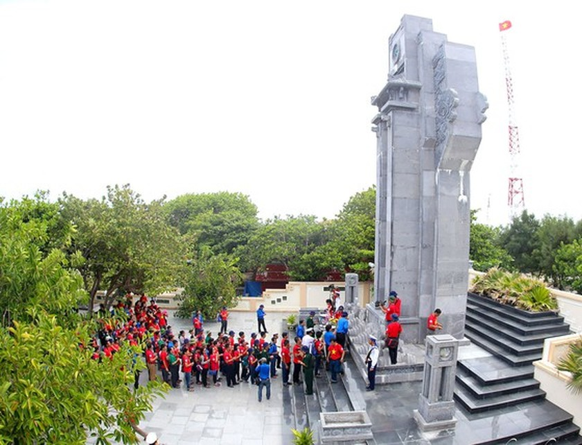 Country pays tribute to heroic martyrs on War Invalids and Martyrs' Day ảnh 4