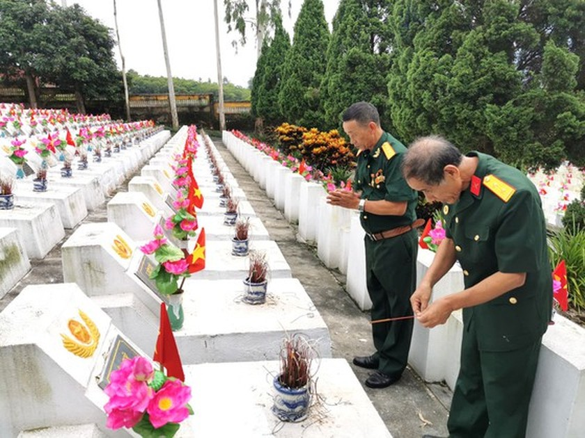 Country pays tribute to heroic martyrs on War Invalids and Martyrs' Day ảnh 5