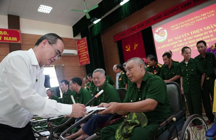 HCMC's Party, government, and people show gratitude to war invalids  ảnh 3