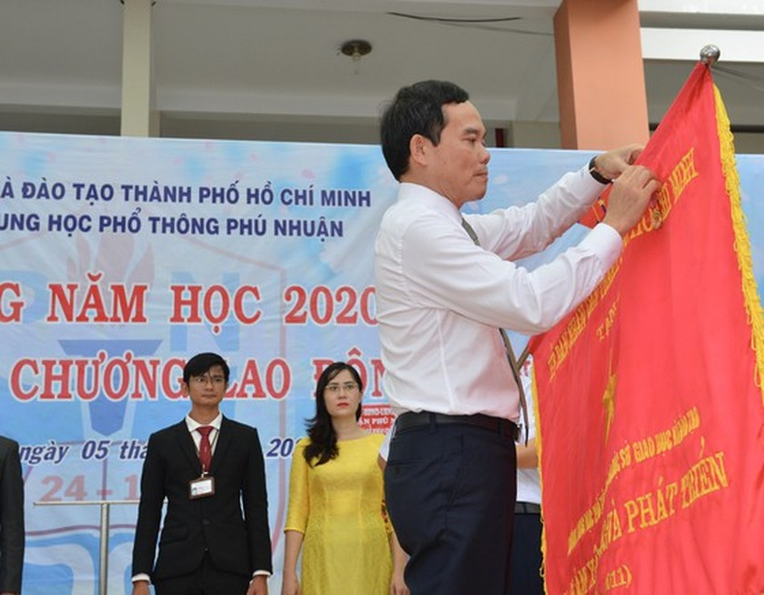 Leaders congratulate education sector on new school year in HCMC ảnh 12