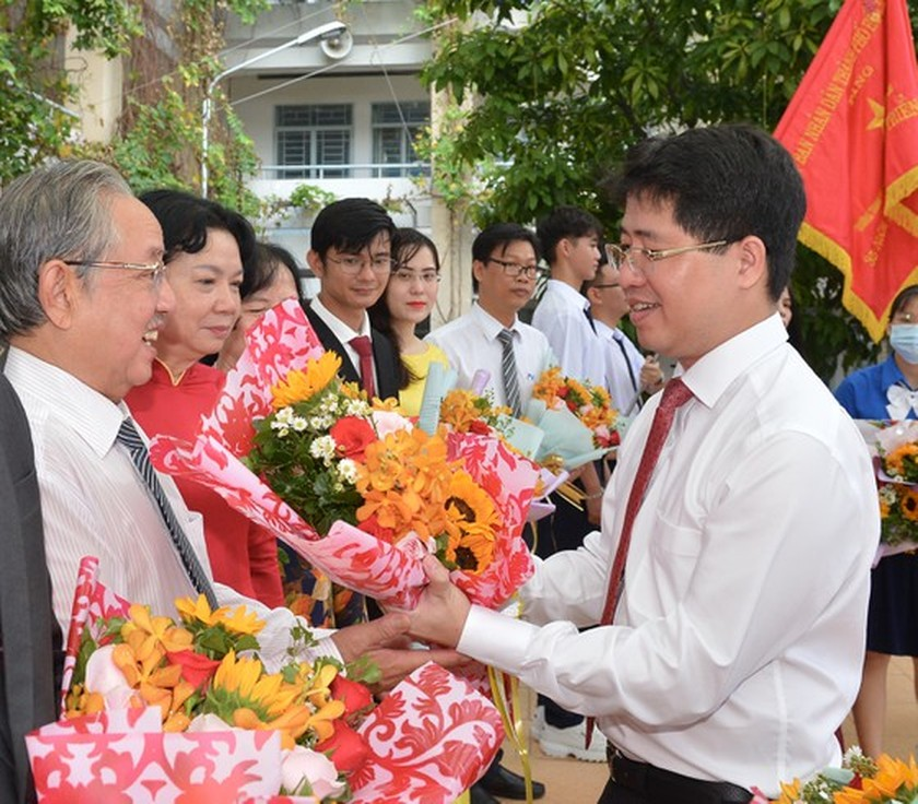 Leaders congratulate education sector on new school year in HCMC ảnh 14