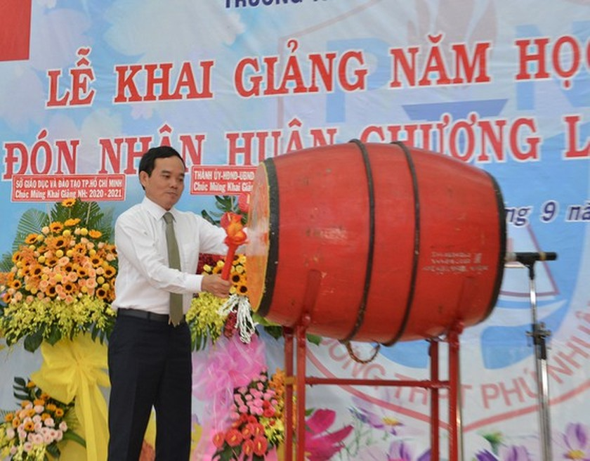 Leaders congratulate education sector on new school year in HCMC ảnh 16