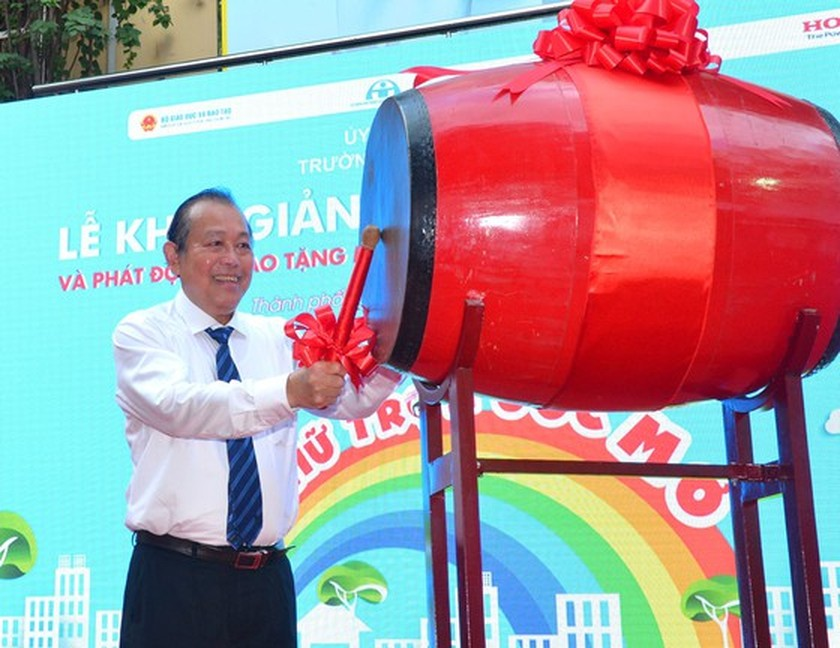 Deputy PM launches action month for traffic safety for students to go to school ảnh 1