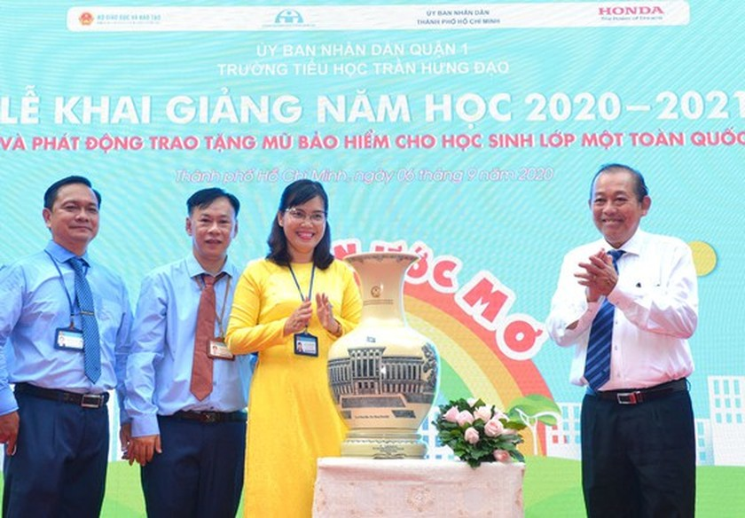 Deputy PM launches action month for traffic safety for students to go to school ảnh 4