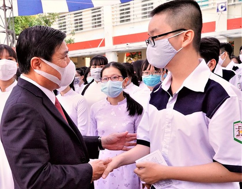 Leaders congratulate education sector on new school year in HCMC ảnh 3