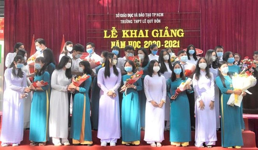 Leaders congratulate education sector on new school year in HCMC ảnh 7