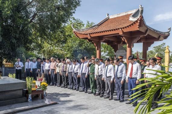Ha Tinh celebrates great poet Nguyen Du's death anniversary ảnh 1