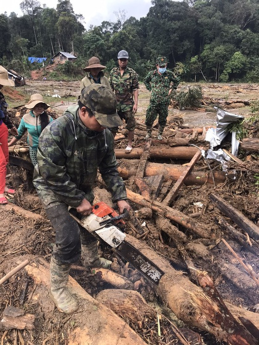 Search for missing people in Quang Nam landslide halted due to storm Goni ảnh 1