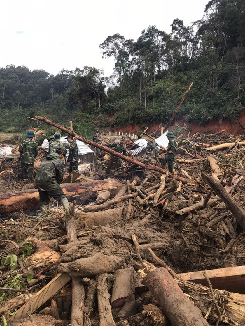 Search for missing people in Quang Nam landslide halted due to storm Goni ảnh 2