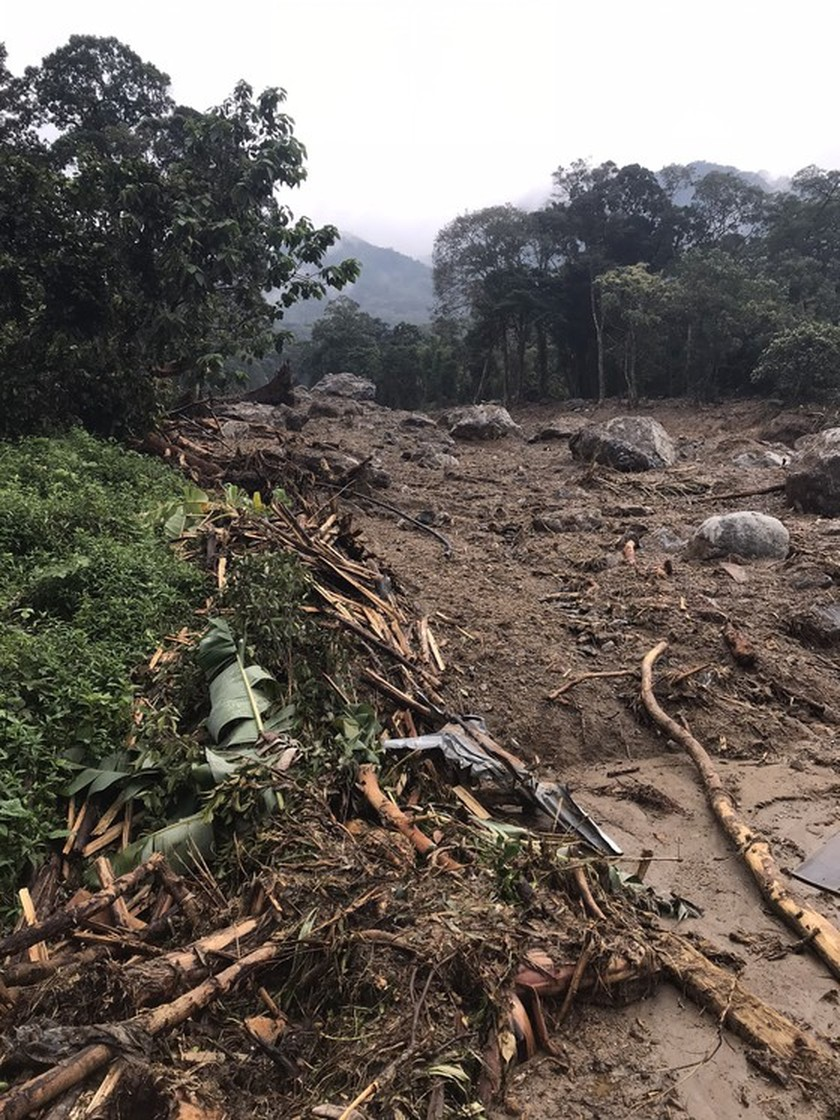 Search for missing people in Quang Nam landslide halted due to storm Goni ảnh 5