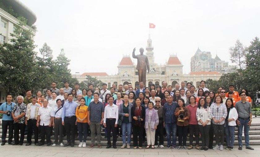 More than 100 artists join trip to visit city's key works ảnh 5