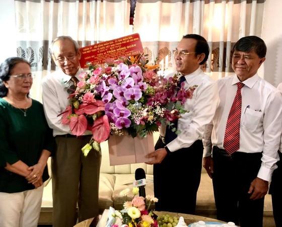 HCMC Party Chief visits revolutionary teachers ảnh 2