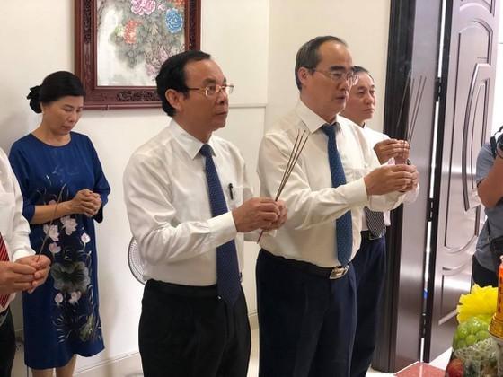 HCMC Party Chief visits revolutionary teachers ảnh 1