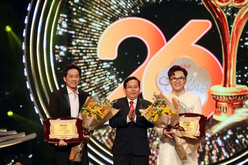 2020 Mai Vang Awards honors artists Hoai Linh, Dai Nghia for community works ảnh 1