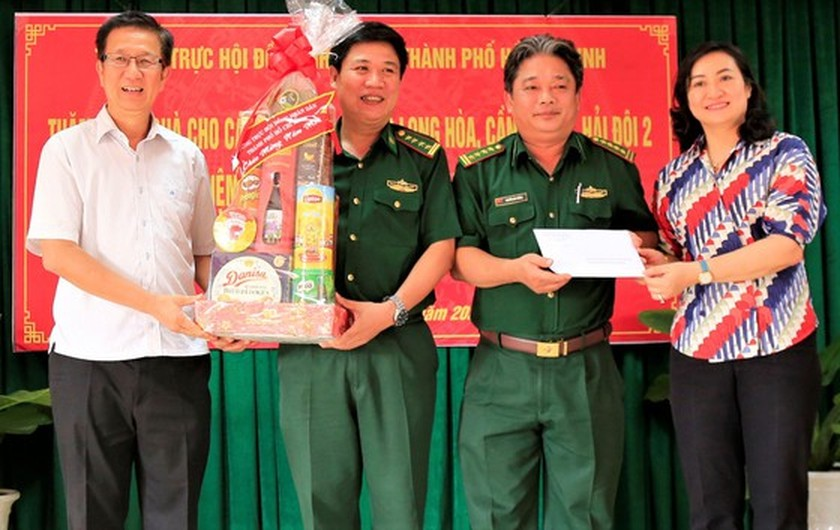 HCMC's leaders extend Tet greetings to border guards, local residents in Can Gio ảnh 1