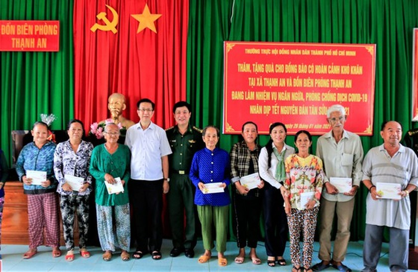 HCMC's leaders extend Tet greetings to border guards, local residents in Can Gio ảnh 4