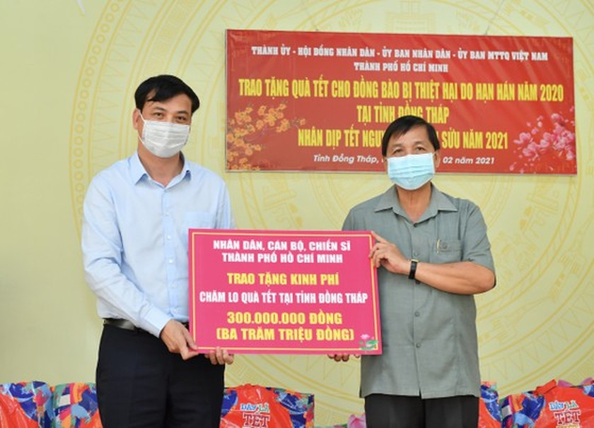 HCMC delivers Tet gifts to needy people in Mekong Delta provinces ảnh 1