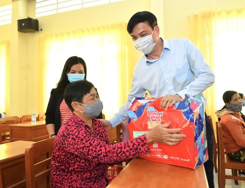 HCMC delivers Tet gifts to needy people in Mekong Delta provinces ảnh 2
