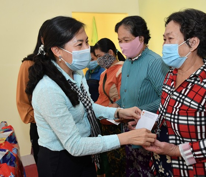 HCMC delivers Tet gifts to needy people in Mekong Delta provinces ảnh 3