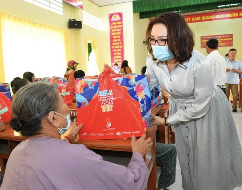 HCMC delivers Tet gifts to needy people in Mekong Delta provinces ảnh 4