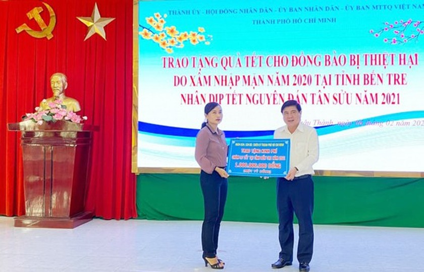 HCMC delivers Tet gifts to needy people in Mekong Delta provinces ảnh 5