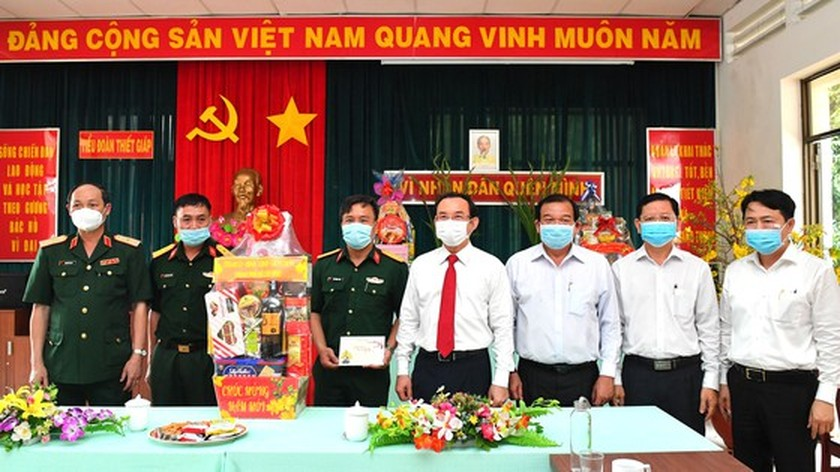 City's leaders pay Tet visits to military units ảnh 1
