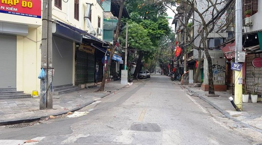 Photos reveal Hanoi as silent city after closure order of sidewalk food stalls ảnh 1