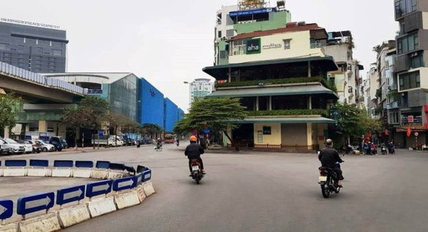 Photos reveal Hanoi as silent city after closure order of sidewalk food stalls ảnh 3
