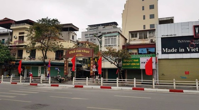 Photos reveal Hanoi as silent city after closure order of sidewalk food stalls ảnh 4